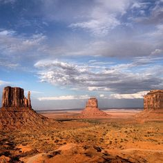 The best way to see Monument Valley is by taking part in one of the many tours by professional Navajo guides (Dinès). You will experience the heart of Monument Valley along the 17-mile General Loop while learning about the native Pueblo culture.