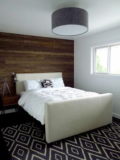 Rustikaler Still Modernes Design Schlafzimmer Dunkelbraune Holzwand Weißes  Bettzeug Dunkler Bodenbelag