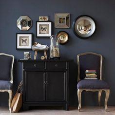 Cabinet de curiosités, couleurs sombres, mystérieuses,