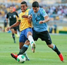 La Copa Confederaciones Brasil Luiz Gustavo, izquierda, y de Uruguay Luis Suárez