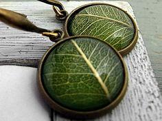 Echte Blätter Ohrringe - Bronzefarben. Echte getrocknete Blätter.  Unter Glas in silberfarbenen Fassungen zum Zuklappen. Anti-Allergen und Nickelfrei.