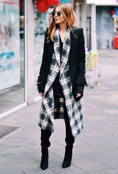 #Fashion #Style #Streetstyle #Karo #Karohemd #black We love Karos! Karierte Fashionpieces finden immer häufiger den Weg zurück in unseren Kleiderschrank. In Kombination zu dem schwarzen Mantel und den Overkneestiefeln ein cooler Look für den Alltag.