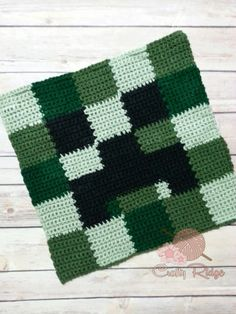 Know someone who's obsessed with Minecraft? Catch this Crochet A Long (CAL)! This is the Creeper square. Minecraft Crochet Patterns, Minecraft Pattern, Crochet Pillow Patterns Free, Minecraft Tutorial, Crotchet Patterns, Crocheting Patterns, Crochet Game, Crochet Chart, Easy Crochet