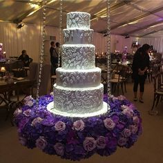 Something about a suspended wedding cake, they look wonderful, until one of the young wedding guest's decides to see how far they can swing it ! Bling Wedding Cakes, Wedding Cake Stands, Elegant Wedding Cakes, Beautiful Wedding Cakes, Beautiful Cakes, Trendy Wedding, Suspended Wedding Cake, African Wedding Cakes, Aladdin Wedding