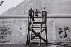 Barbara Klemm, Münster 1939,  Blick über die Mauer, West-Berlin, 1977