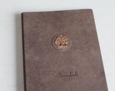 """Stammbuch DIN A4 """"Goldenes Lebensbaum"""" aus braunem Büffelleder mit 4 Ring Mechanik und Klarsichthüllen Passport, Etsy, Paper, Dating Book, Surface Finish, Handmade, Get Tan, Wedding, Leather"""