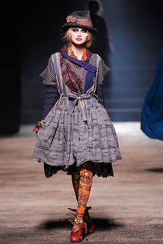 Vivienne Westwood Fall 2010 Ready-to-Wear Fashion Show - Yulia Lobova Timeless Fashion, High Fashion, Fashion Show, Fashion Outfits, British Fashion, Women's Fashion, Runway Fashion, Fashion Beauty, Fashion Through The Decades
