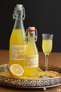 Home made Limoncello      Ingrediënten:   - 5 biologische citroenen   - ½ liter alcohol (94 %)   - 600 dl water   - 400 g suiker     Berei... Booze Drink, Party Drinks Alcohol, Fun Drinks, Yummy Drinks, Alcoholic Drinks, Beverages, Food And Drink, Making Limoncello, Homemade Limoncello