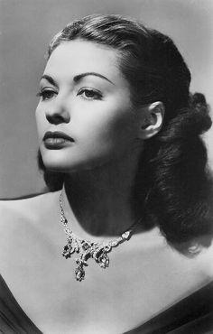 #Yvonne_de_Carlo  #portrait #beauty #style