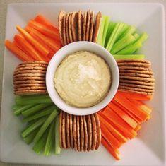 Gemüsesticks, Crackers und Dip gehören zum Partymenü