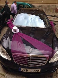 Wedding Car Decoration With Pink Ribbon And Hat Rockabilly trifft Doo-Wop trifft Oldtimer bei dieser Retro-Hochzeit Wedding Car Decorations, Wedding Crafts, Diy Wedding, Wedding Car Ribbon, Car Rider, Rockabilly, Purple Wedding, Retro, Wedding Bouquets