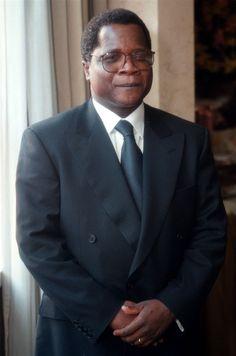 Líder da Renamo anuncia criação da república de centro e norte de Moçambique - O Líder da Renamo, Afonso Dhlakama, anunciou, este sábado, num comício  na Beira a criação da república do centro e norte de Moçambique, da qual  vai ser presidente, não reconhecendo o governo da Frelimo saído das  últimas eleições gerais.