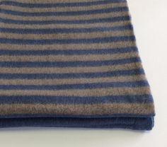 Plaid in lana con frange Cecchi&Cecchi. Tinta unita blu+righe marroni e blu.