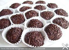 brigadeiros      400 g Kondensmilch, gezuckert  30 g Butter  80 g Schokostreusel    Kakaopulver        Die Kondensmilch in einen kleinen Topf geben und Butter und Kakao zufügen. Auf kleiner Temperatur unter ständigem Rühren erwärmen, aber nicht kochen. Nach ca. 15-20 Minuten wird die Creme dicklich, dann auf einen Teller geben und völlig erkalten lassen. Mit ganz leicht eingefetteten Händen werden nun kleine Kugeln geformt. In Schokostreusel wälzen und bis zum Verzehr kühl  aufbewahren
