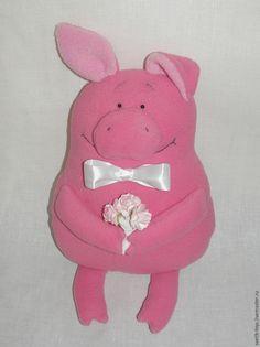 Эта парочка хрюшек сшилась для одной милой девушки, коллекционирующей хрюшек. Хочу поделиться с вами выкройкой и описанием того, как я их шила. Шьются они достаточно просто и быстро, а получаются очень милыми и забавными. Материалы, которые вам потребуются: - флис (розовый и белый — для девочки-хрюшки и ярко-розовый, розовый — для мальчика-хрюшки); - холофайбер или синтепух; - ножницы; - иголка;…