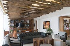 Wand- und Deckenverkleidung aus Holz verlaufen ineinander