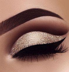 Maquillaje Cut Crease, Cut Crease Eyeshadow, Gold Eyeliner, Cut Crease Makeup, Eyeshadow Makeup, Easy Eyeshadow, Glitter Eyeshadow, Eyeshadow Ideas, Burgundy Eyeshadow