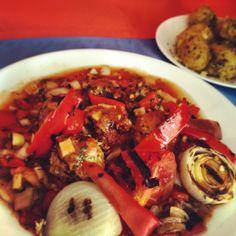 Albondigas con escabeche de vegetales asados y papa criolla con romero