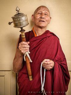 """""""Ser bondadosos y entusiastas muestra que tenemos éxito en nuestro esfuerzo... Estar alegre es un signo de ser un buen practicante."""" """"Adiestrar la mente"""" Ringu Tulku Rinpoché. Foto: Tibetan monk. Dharamshala, India"""