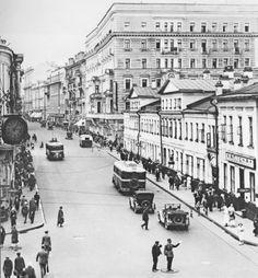 Москва в фотографиях Н. С. Грановского Улица Горького (Тверская). Видны тролейбусы типа ЛК-1