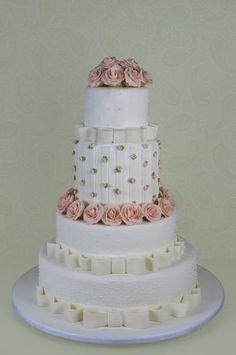 Bolo de quatro andares coberto com pasta americana decorado com mini rosas e rosas de açúcar, Cake Design. Preço: a partir de R$ 1.400 Foto: Divulgação