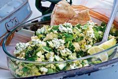 Minze-Couscous-Salat mit Hüttenkäse Rezept: Salz,Pfeffer,Olivenöl,Couscous,Limetten,Salatgurke,Lauchzwiebeln,Römersalat,Minze,Knoblauchzehe,Hüttenkäse
