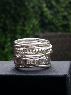 Idylliz. Brede zilveren wikkelring met naam en pareldraad.