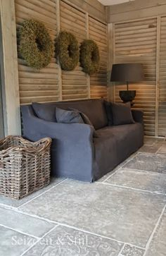 I LOVE everything about this room! S&S hoffz en Castle stones vloer - I LOVE everything about this room! S&S hoffz en Castle stones vloer - Wicker Couch, Wicker Headboard, Wicker Shelf, Wicker Table, Wicker Furniture, Outdoor Furniture Sets, Linen Couch, Wicker Dresser, Wicker Trunk