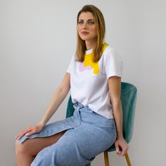 It is a very versatile garment, as well as comfortable, thanks to the material with which it is made. It is printed with geometric figures screen-printed in four colors; blue, pink, mauve and ochre. It has short sleeves and a round neck.