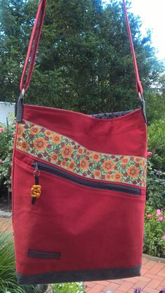 Ths is pure beauty Patchwork Bags, Quilted Bag, Handmade Handbags, Handmade Bags, Jute Bags, Bag Patterns To Sew, Denim Bag, Fabric Bags, Beautiful Bags