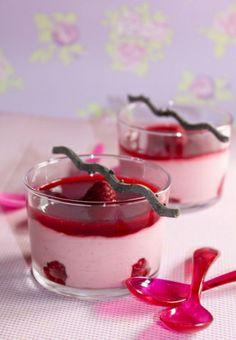 Mousse à la framboise Raspberry Desserts, Raspberry Mousse, Sweet Recipes, Cake Recipes, Desserts With Biscuits, Mousse Dessert, Thermomix Desserts, Desert Recipes, Delicious Desserts