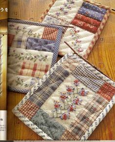 mug rugs. I think I'd like to see these as quilt blocks. mug rugs. I think I'd like to see these as quilt blocks. Small Quilts, Mini Quilts, Mug Rug Patterns, Quilt Patterns, Quilting Projects, Sewing Projects, Fabric Postcards, Miniature Quilts, Doll Quilt