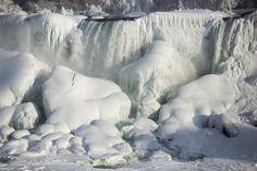 Una catarata parcialmente congelada se ve en las Cataratas del Niágara, Ontario.