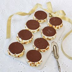 Glassbakelser med krokant på fat Cold Desserts, Pudding Desserts, Frozen Yoghurt, Candy Cookies, Swedish Recipes, Gluten Free Cookies, Sweet And Salty, Kitchen Recipes, Afternoon Tea