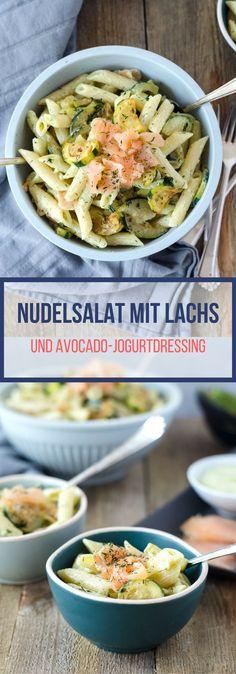 Leckerer, schneller Nudelsalat mit Lachs, Zucchini und einem Dressing aus Avocado, Jogurt, Honig und Senf. Einfach super lecker!