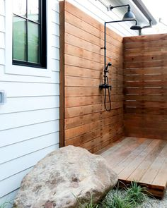 21 Refreshingly Beautiful Outdoor Showers I Bet You'd Love to Step Into Outdoor Pool Shower, Outdoor Shower Enclosure, Outdoor Spaces, Outdoor Living, Outdoor Decor, Outdoor Bars, Outside Showers, Surf House, Outdoor Bathrooms