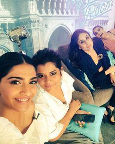 Sonam Kapoor shoots a selfie with the cast Bollywood Stars, Bollywood Fashion, Bollywood Actress, Veere Di Wedding, Best Heroine, Kareena Kapoor Khan, Celebs, Celebrities, Bffs