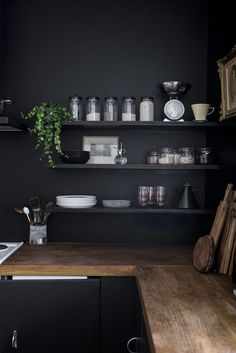 Home renovation: Black walls in the kitchen / no glitter no fame / pitch black . Home Renovation: Black Walls in the Kitchen / No Glitter No Glory / Pitch Black -Farrow & Ball, Black Kitchens, Home Kitchens, Kitchen Black, Kitchen Interior, New Kitchen, Kitchen Walls, Kitchen Wood, Kitchen Paint, Kitchen Cabinets