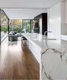 What a beautiful marble bench in the kitchen at the Curva House by @lsa_architects 👌 . . #kitcheninspo #kitchendesign #interiordesign…