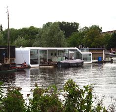 When you think of houseboats - particularly in the UK - you don't necessarily think of sleek modern architecture, probably more like flat caps, raggy dogs and painful folk songs being played on 3 string guitars...