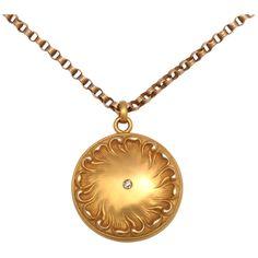 Art Nouveau locket, 15 kt gold, repousse engraving.