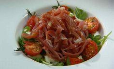 Rucolasalade met parmaham, mozzarella en basilicumsiroop