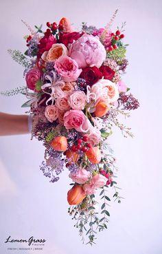The Best Wedding Flower Arrangement Ideas - Put the Ring on It - Hochzeit - Blumenkranz Cascading Wedding Bouquets, Modern Wedding Flowers, Cascade Bouquet, Spring Wedding Flowers, Wedding Flower Arrangements, Bride Bouquets, Bridal Flowers, Flower Bouquet Wedding, Floral Bouquets
