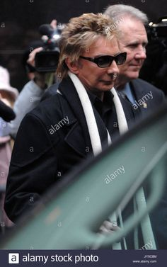 Download this stock image: Barry Manilow appearance on ABC's Good Morning America in Times Square. - JY0C8M from Alamy's library of millions of high resolution stock photos, illustrations and vectors.
