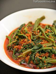 Water Convolvulus stir-fried in spicy shrimp paste sauce Malaysian Cuisine, Malaysian Food, Malaysian Recipes, Asian Recipes, Healthy Recipes, Ethnic Recipes, Halal Recipes, Cooking Recipes, Sambal Sauce Recipe