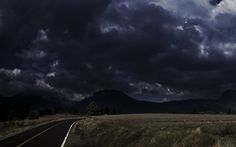 Uma foto de uma paisagem sombria