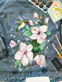 Denim jacket with artwork Jean jacket with acrylic painting Hummingbirds and flowers Hand painted Denim Jacket - Acrylic Artwork Denim FLOWERS Hand Hummingbirds Jacket Jean painted Painting Painted Denim Jacket, Painted Jeans, Painted Clothes, Hand Painted, Denim Kunst, Paint Shirts, Fashion Painting, Fabric Painting, Denim Blazer