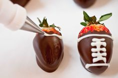 I know we have a while...but these would be awesome for a super bowl party! Chocolate Covered Strawberry Footballs #strawberryfootballs