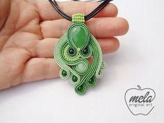 Risultati immagini per soutache necklaces Soutache Pendant, Soutache Necklace, Diy Necklace, Embroidery Jewelry, Beaded Embroidery, Soutache Tutorial, Beaded Jewelry, Handmade Jewelry, Micro Macrame