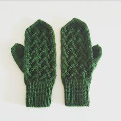 Ravelry: Tretoppvottene pattern by Carosknit Designs dk Mittens, Ravelry, Knitting, Hats, Design, Fashion, Tricot, Fingerless Mitts, Moda